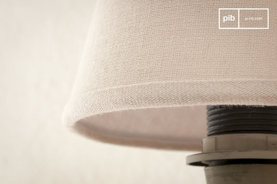The light beige colour of the cotton gives the lampshade a fine vintage touch, as well as an elegant simplicity