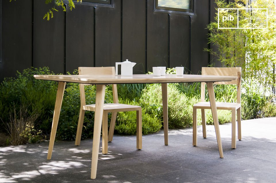 Created entirely out of solid wood, this Môka table brings a touch of nature and  Scandinavian style to your interior