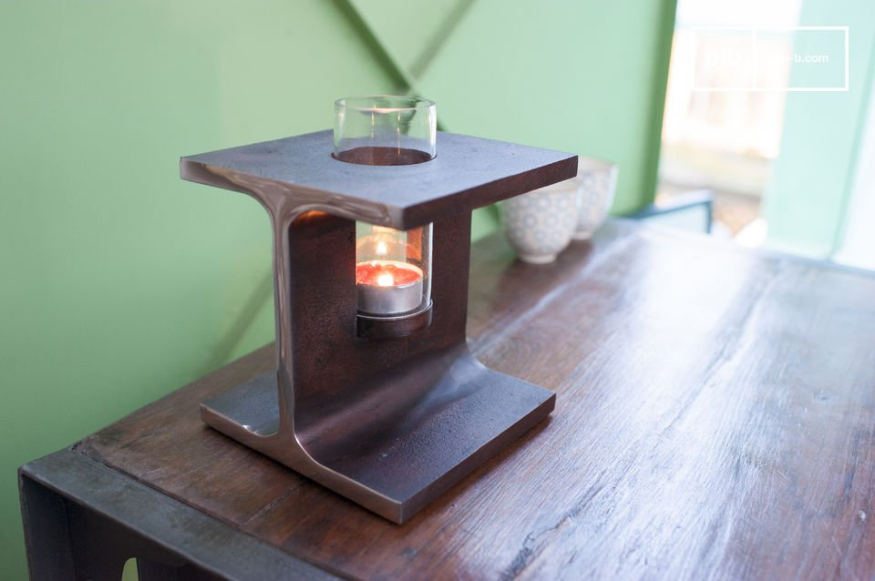 The candleholder Motown is a beautiful decorative accessory that is rooted in the characteristic industrial design