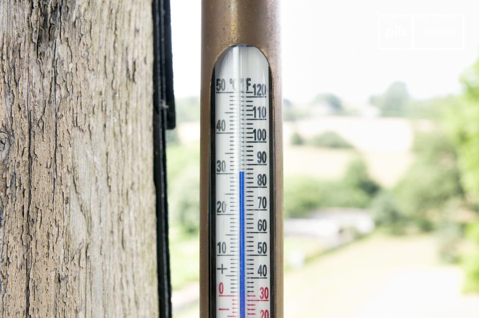 Interior and outdoor thermometer with a retro look