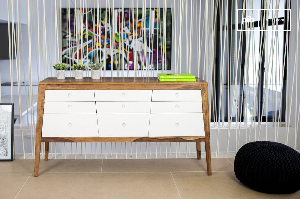 While the front of fibreboard drawers are in a beautiful white colour, the frame and the base of the Narod chest are in Indian rose wood, the colour and the natural wood pattern create a superb contrast with the white drawers