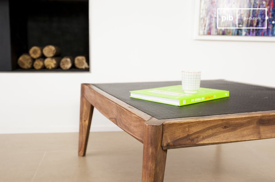 The structure of this square coffee table is designed in solid pink wood that has been varnished in