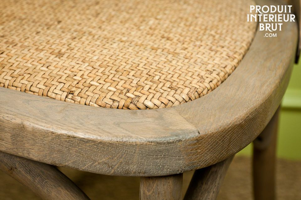 Opt for a Pampelune chair designed entirely with massive oak, keeping an authentic and natural style