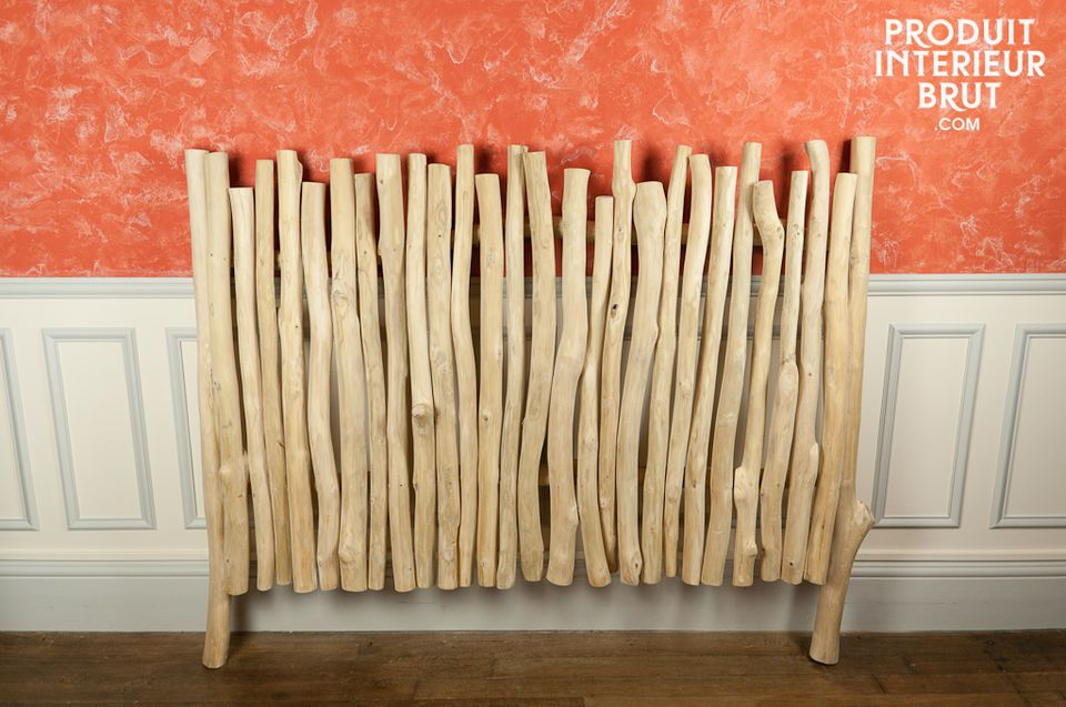 The light wood of this headboard will give your bedroom a natural look full of charm