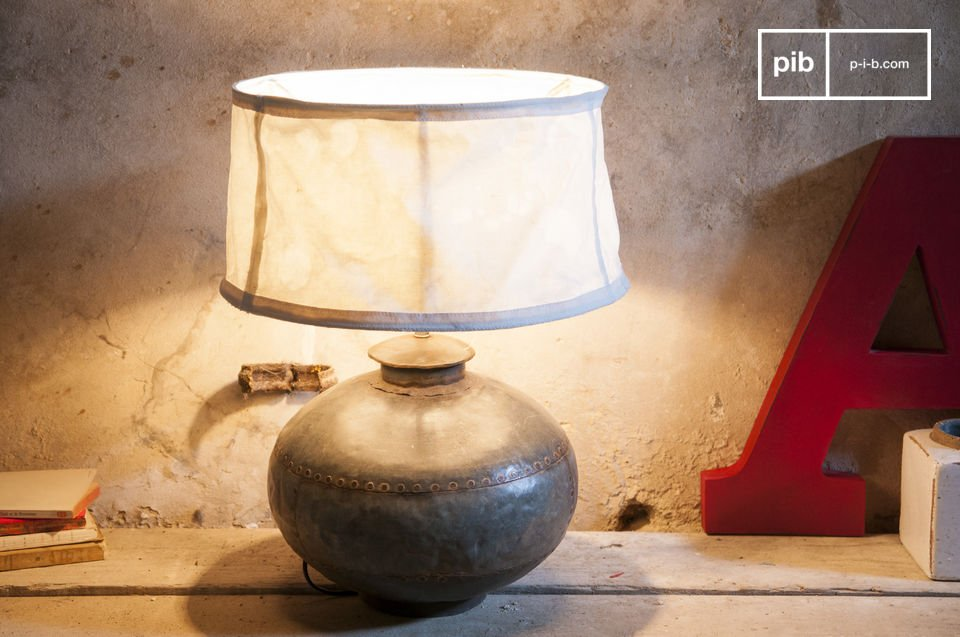 With a diameter of 43 centimetres, the Nessos retro lamp was originally an authentic Indian jar, traditionally used for the transport of water and other liquids