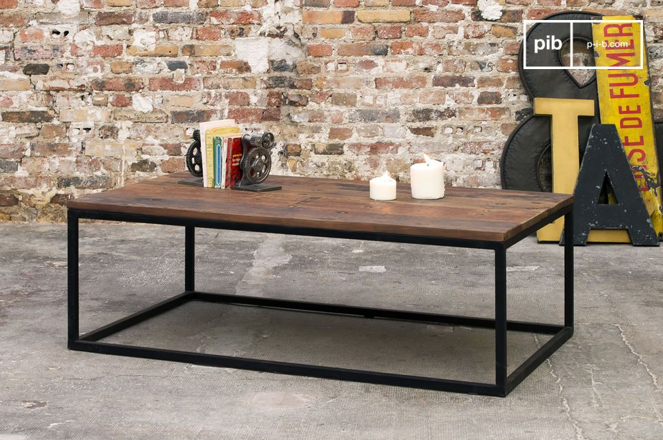 Its matte black metal frame and its recycled solid wood tray make the New Soho coffee table a product full of character giving a very strong industrial look