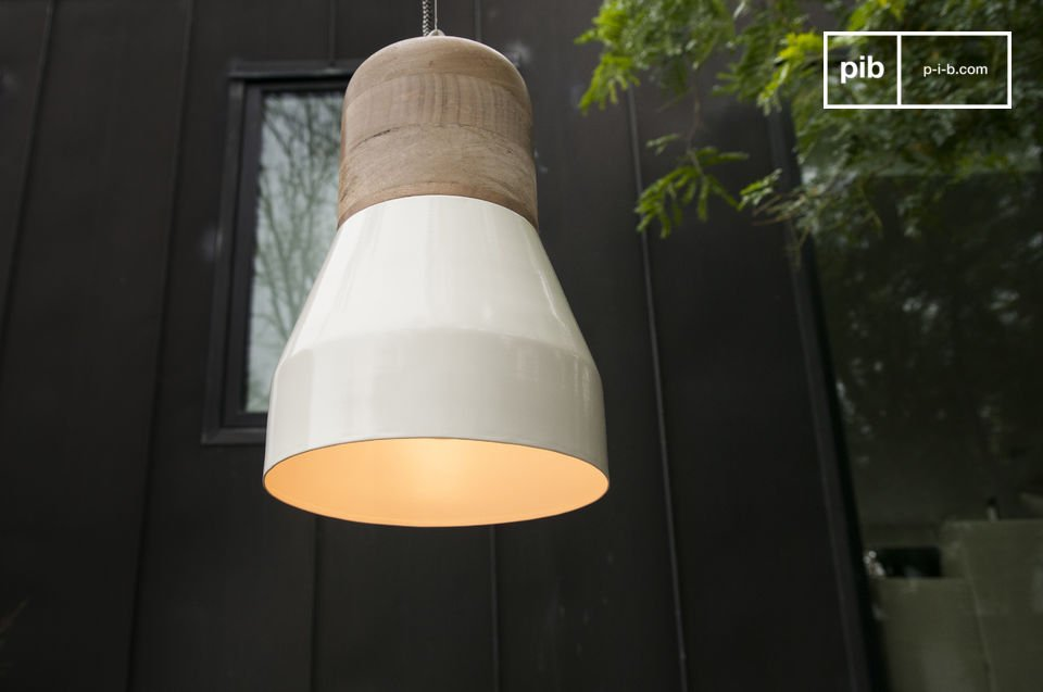 With its light wood and rounded design is a touch of Nordic decoration both subtle and trendy