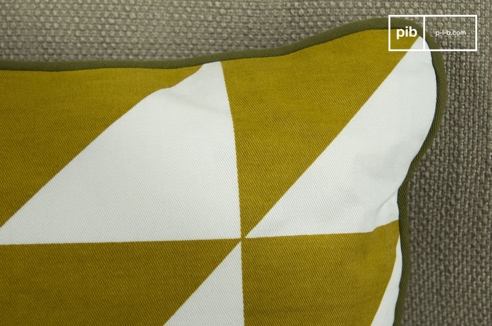 The green piping goes very well with the black and yellow, and adds to the overall quality of the cushion, while concealing the slide fastener along one of the four edges