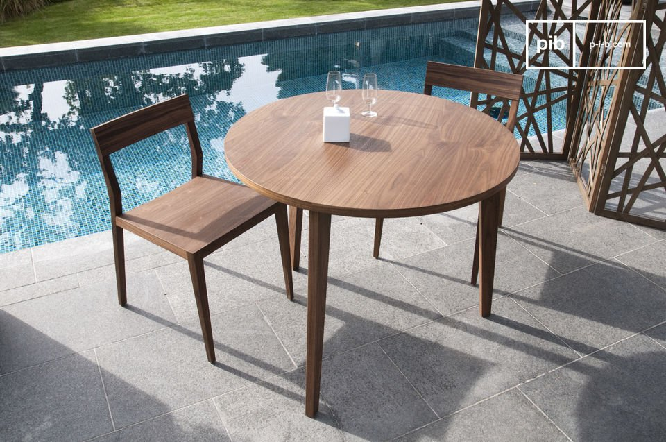 This round walnut table with its fine harmonious lines is inspired by mid-century Scandinavian design