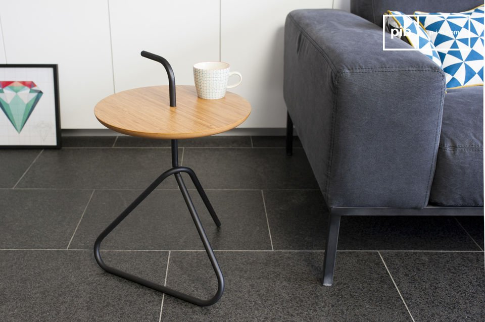 The Pakhäba side table is a true original piece of furniture due to its uncommon metal structure
