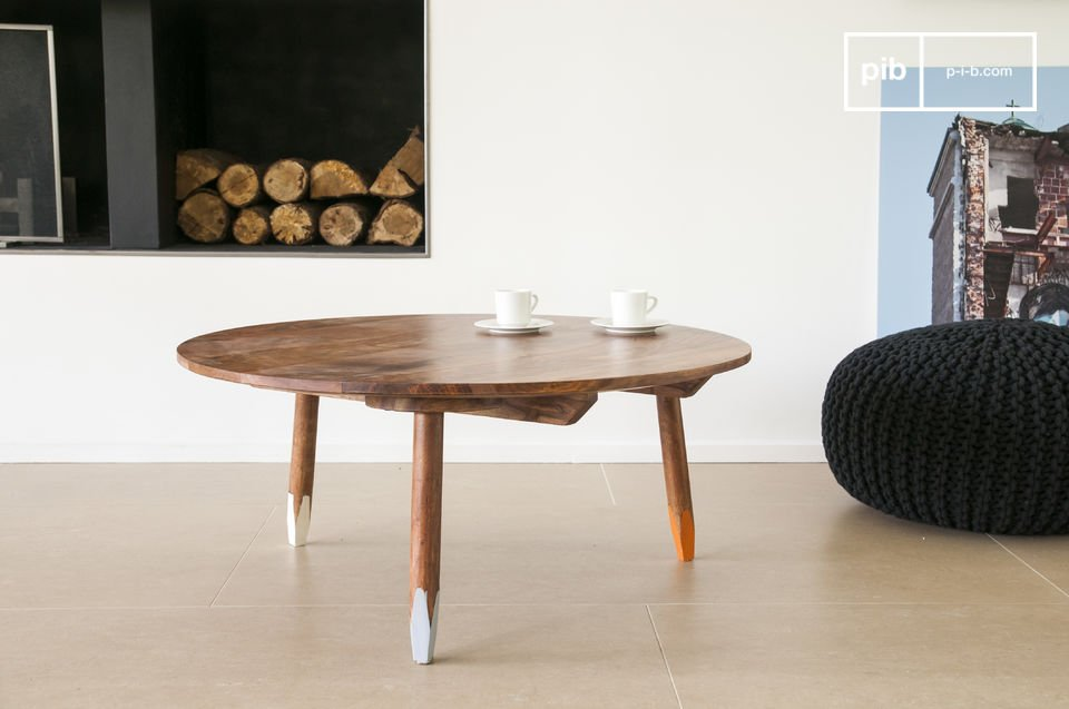 The tripodal coffe table is an elegant piece of furniture that brings scandinavian character into your interior