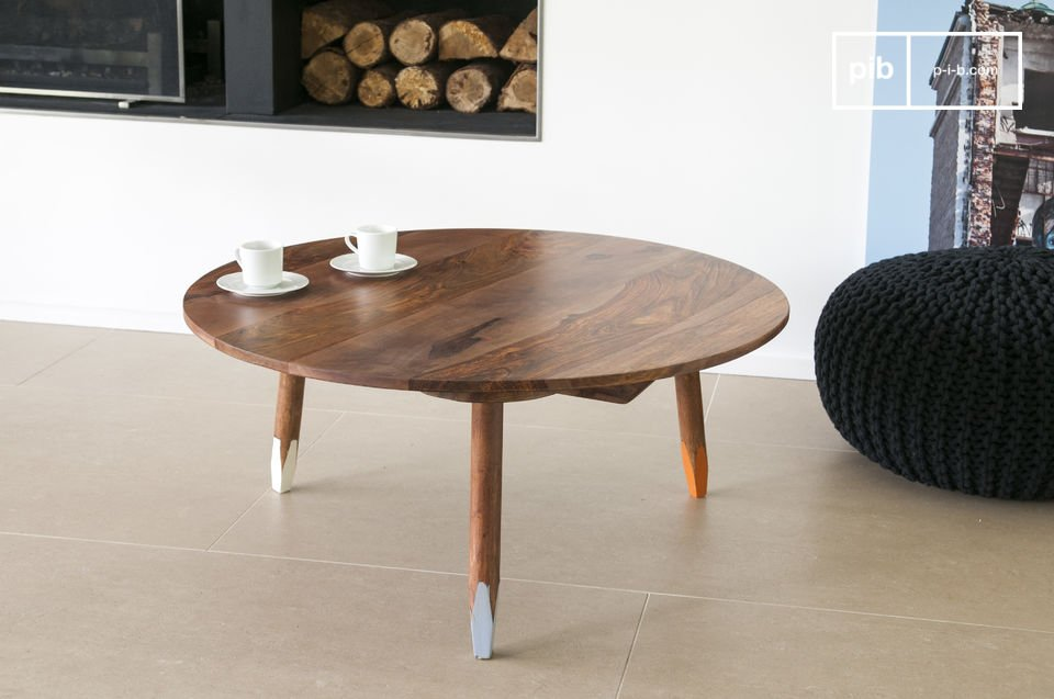 The tripodal coffe table is an elegant piece of furniture that brings scandinavian character into