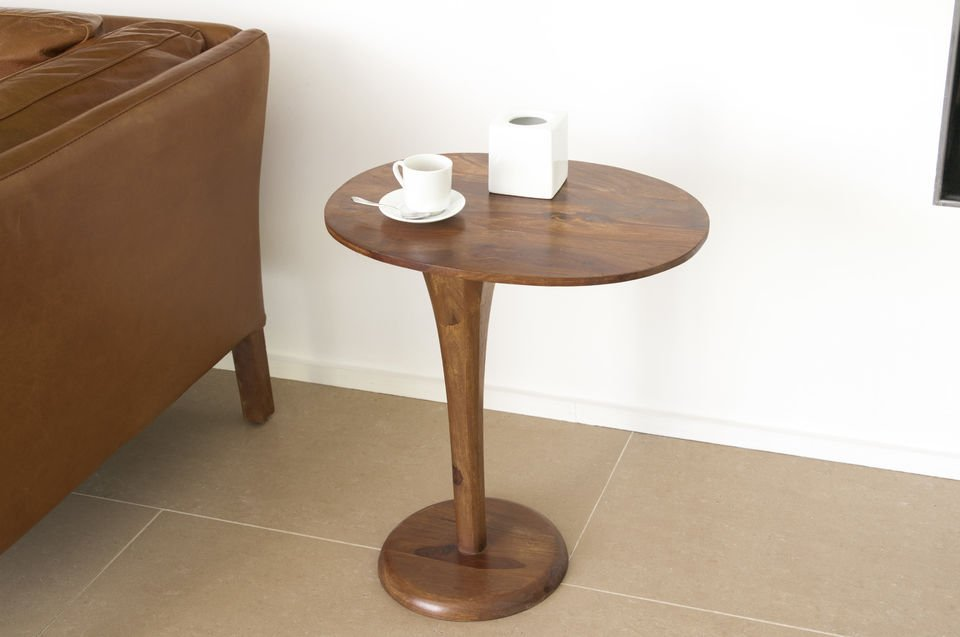 Very stable on its circular base, this side table will find its place at the end of a sofa, in contemporary design interiors, or vintage tendancy