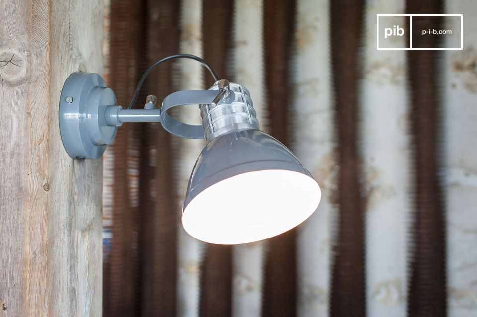 An industrial style wall lamp, like the cinema of yesteryear