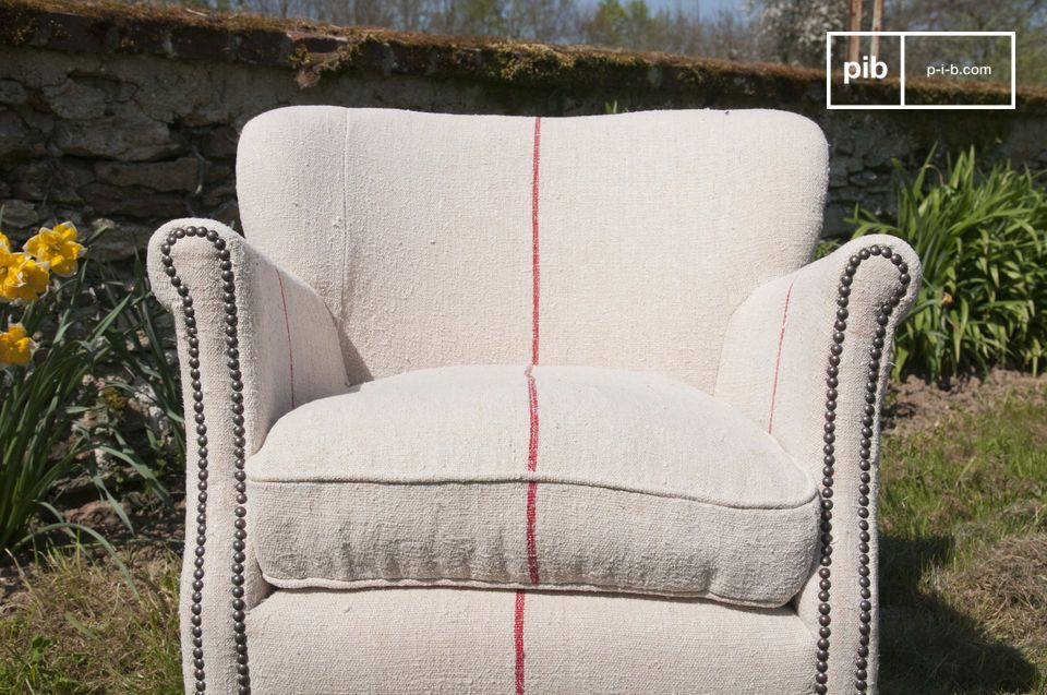 The red border gives this armchair a modern touch
