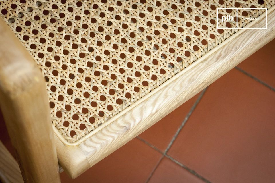 With his solid wood structure and natural rattan stick