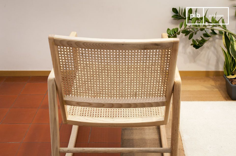 This rocking chair is characterised by his very deep seat