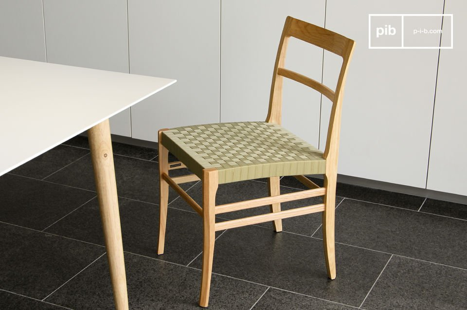 This solid wood Samoht chair combines robustness with a delicate air