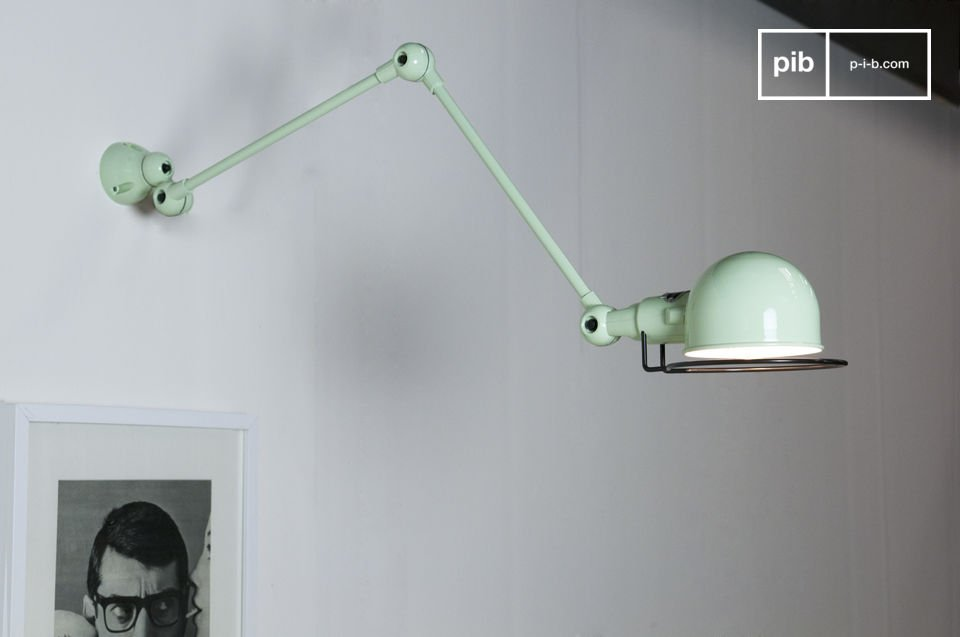 Stemming from the Jieldé\'s Signal range, this wall lighting seduces by its sobriety and beautiful seagreen finish