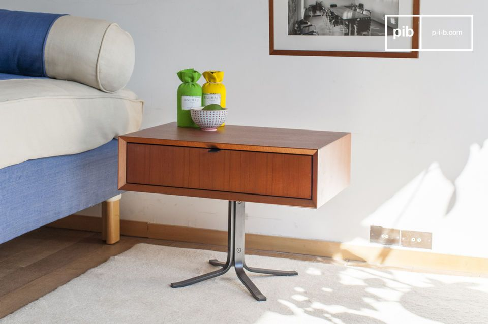 A side table with the retro elegance of the 1950s.