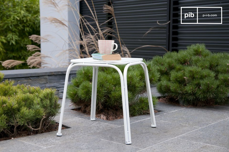 To be used as a side table in a living room or next to a bed, as well as as a seat, the stool Sollävik displays a flawless finish while providing excellent durability