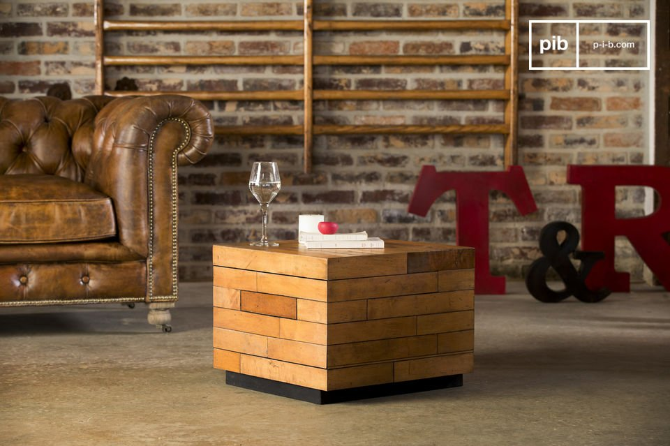 Designed in maple wood, the coffee table has excellent finishes
