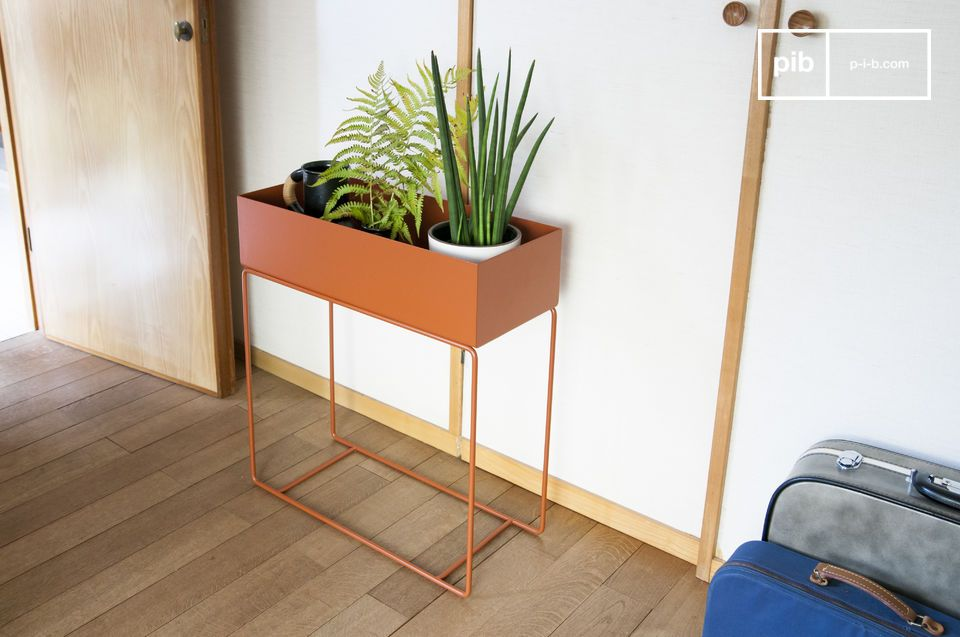 This metal planter stands out for the tan colour it possesses and the contrast between its finesse