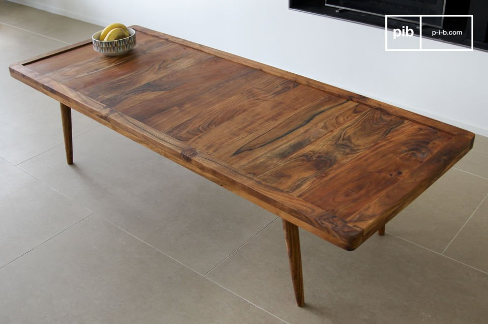 This elegant coffee table draws its inspiration from vintage Scandinavian design