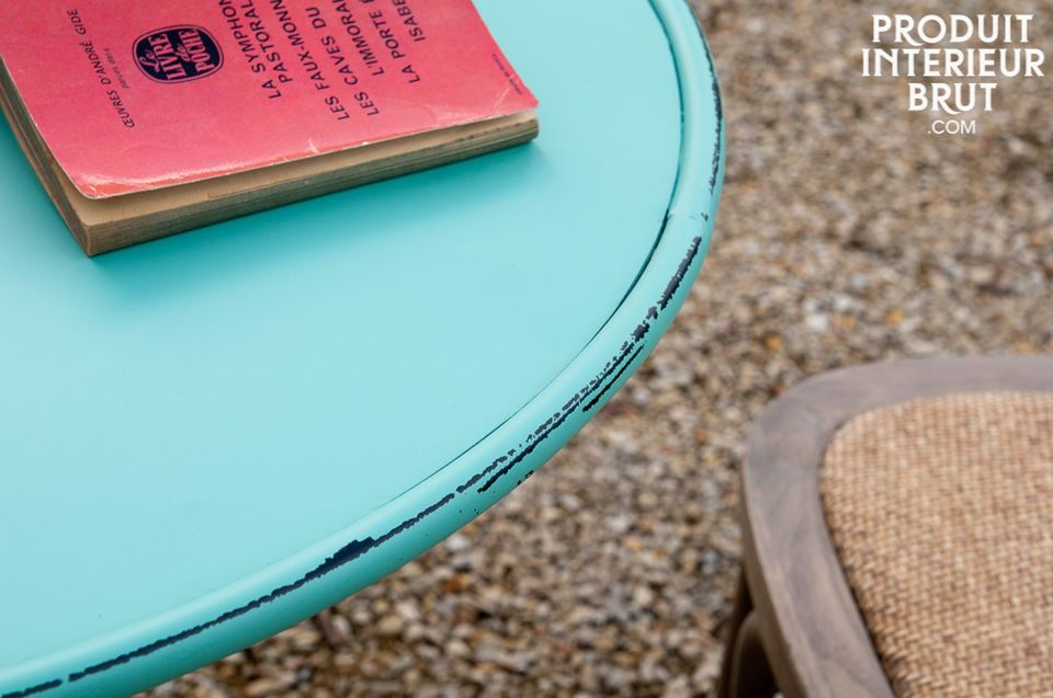 A round table full of fresh colours that will bring a cheerful touch to a kitchen or a terrace