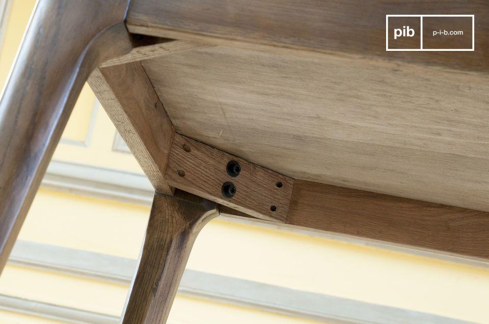 Its flared base recalls the furniture of the mid-twentieth century, sleek, elegant and neat