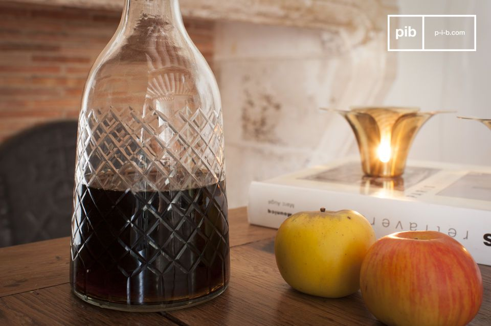 Crowned with a multi-faceted stopper, the Olga decanter has a curvaceous style