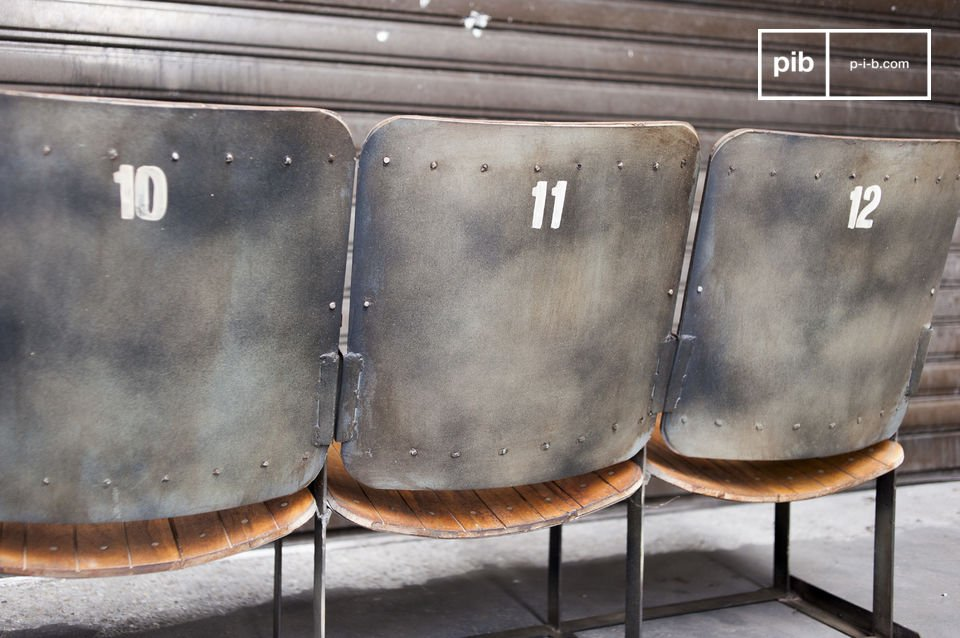 This is an invitation to time travel: this triple cinema seat seems to come directly from an old