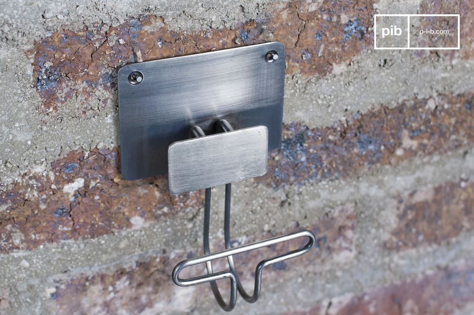 Very austere metal hooks to add a touch of vintage style to your walls