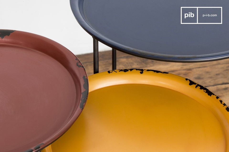 The perfect table to serve coffee or drinks with, these circular trays are simply placed on their frame
