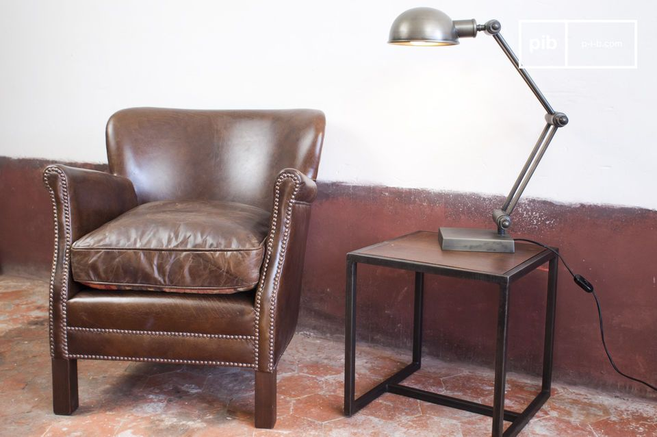 Create the atmosphere of an English pub in your living room with this club chair made of slightly