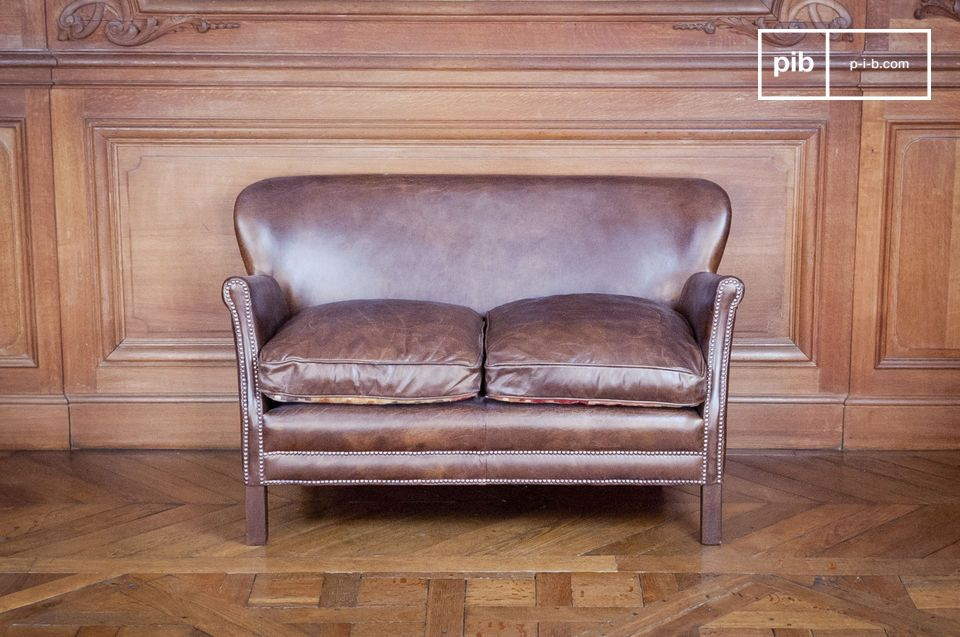 Leather club sofa with an excellent comfort/size balance