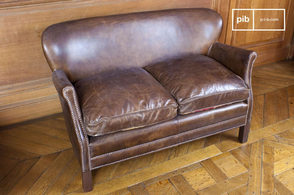 The slightly aged calfskin leather heightens the vintage look