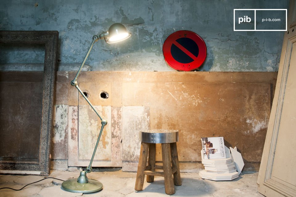 The standard lamp Jieldé Loft Vespa green is a showpiece of the industrial furniture design and especially the design of lamps
