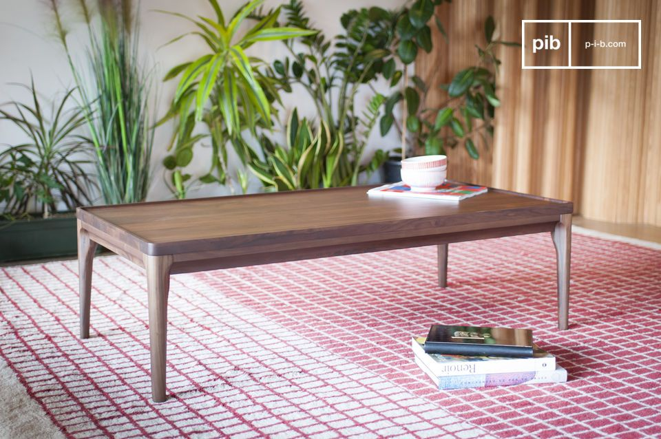 Table with harmonious proportions and straight, neat edges.