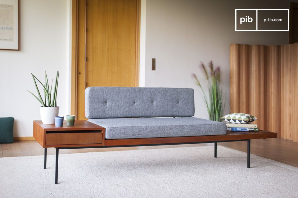 Comfortable on a teak support, sleek and resolutely vintage