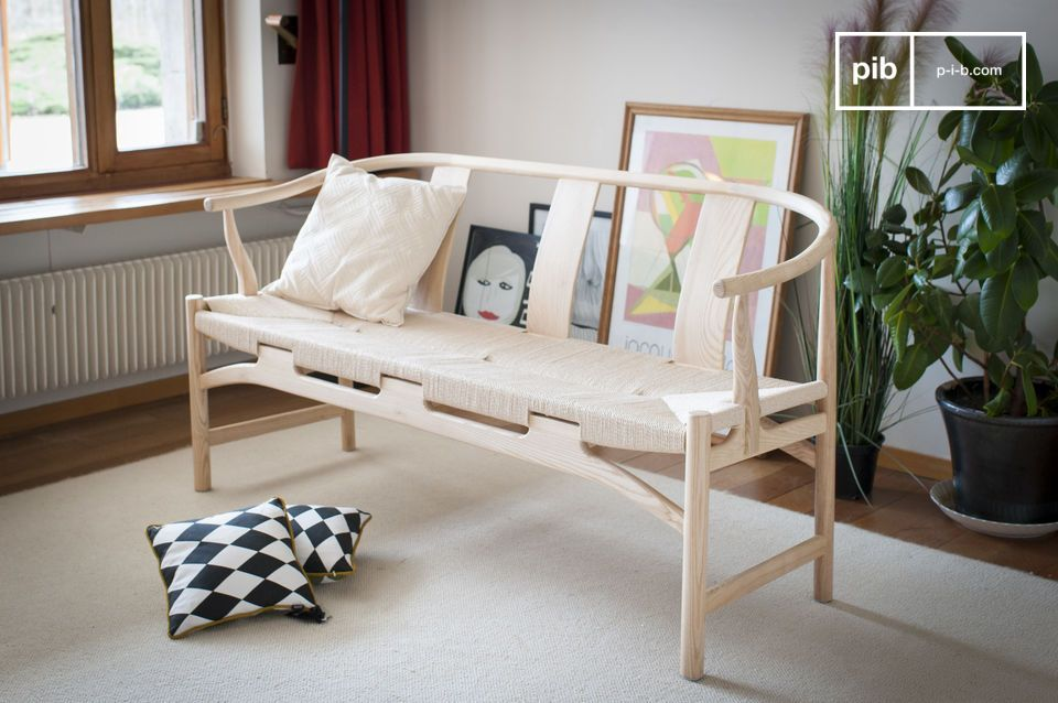 The chic softness of a wooden bench with a natural spirit