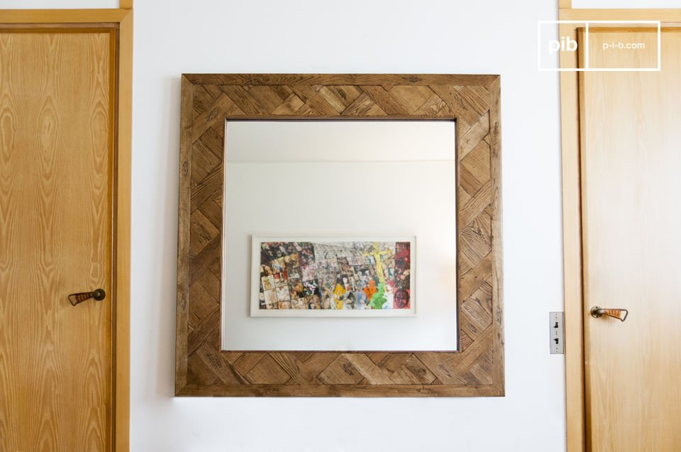 The wooden mirror Queens is an exceptional decorative element that will bring character to your home, while providing an additional source of light in your room