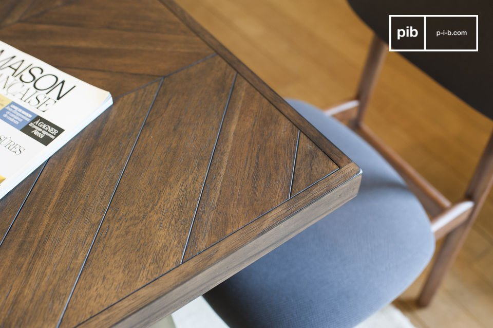 The wooden table Alienor is very stable with its feet made out of lacquered brass