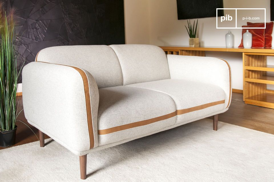 Its concave lines are highlighted by a leather band that echoes the color of the solid walnut base