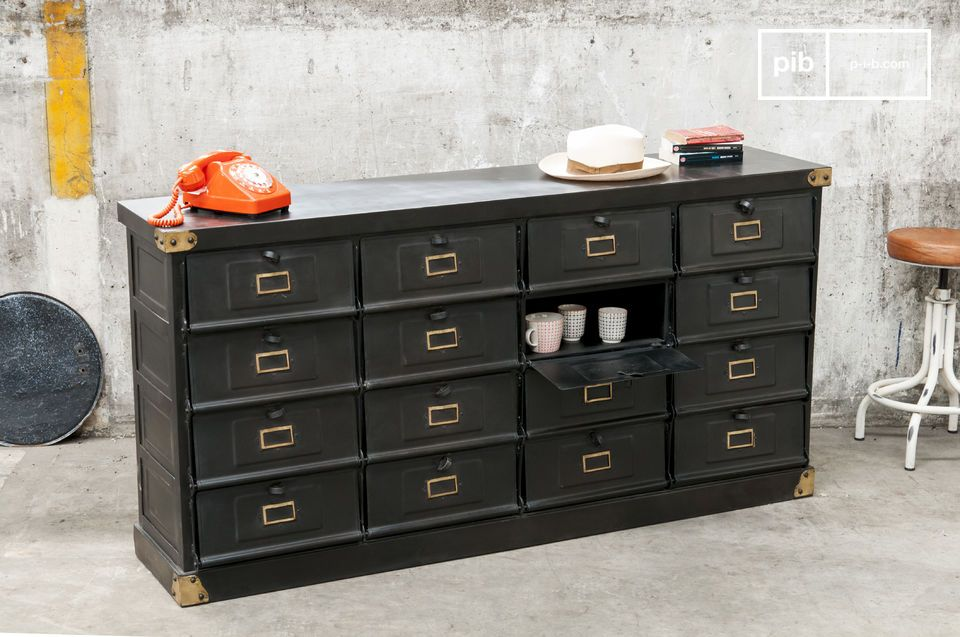 Thanks to its matt anthracite grey and its corners made of brass this piece of metal furniture
