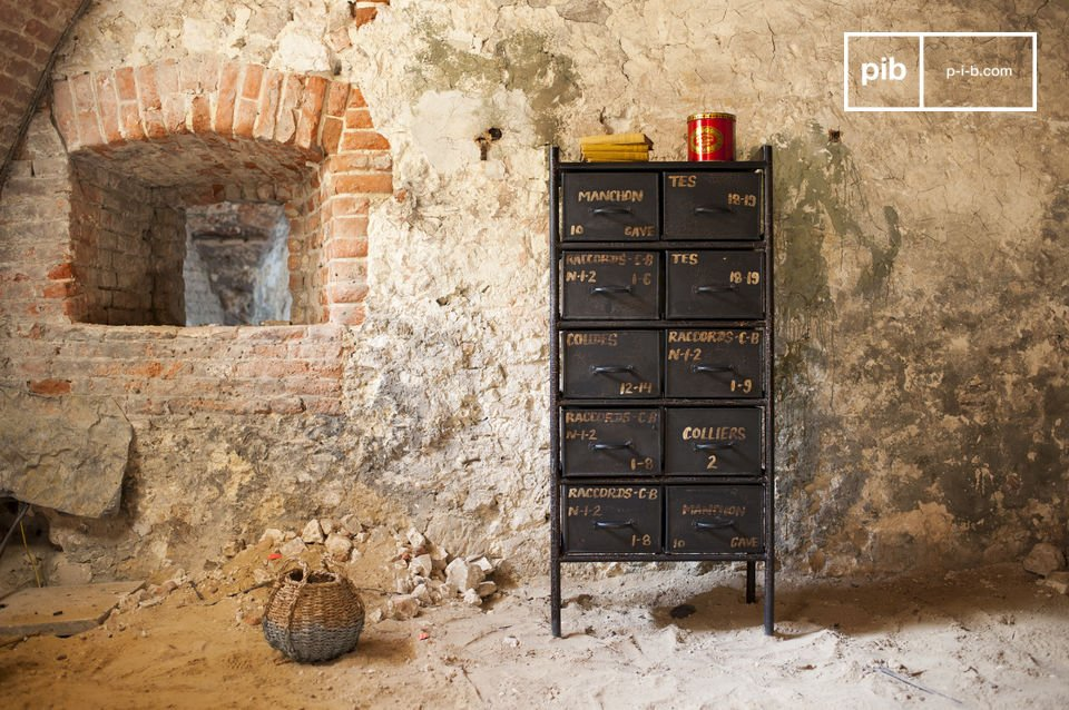 This workshop chest with 10 drawers is manufactured in our famous industrial style which reminds us