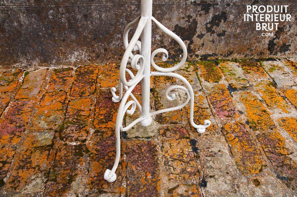 This mat white metal coat stand has a retro-chic style that is both unobtrusive and elegant